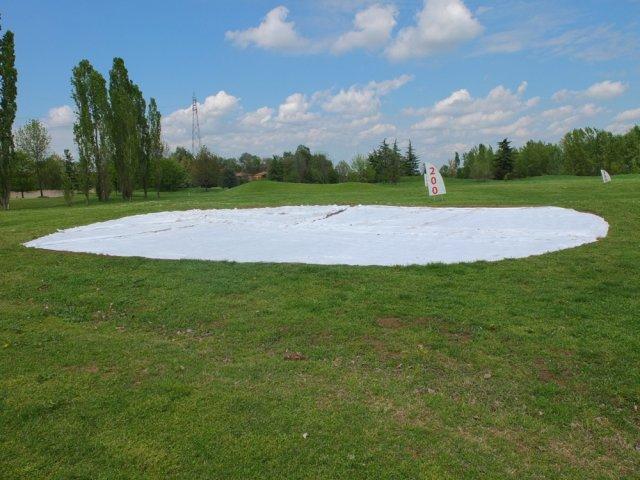 phoca_thumb_l_sistemazione del geotessile per la separazione del tappeto in erba artificiale dal terreno